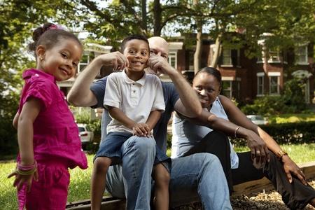 공원에서 하루를 즐기는 가족
