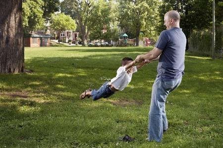 公園で父と息子の回転