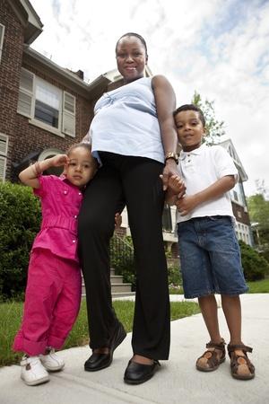 madre soltera: Feliz madre embarazada con sus hijos