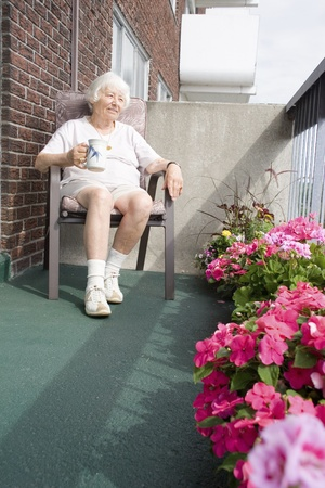 outdoor living: Senior woman in una pausa caff�