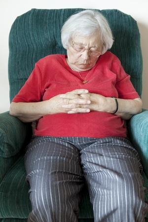 donna seduta sedia: Senior donna napping (presidente indoor) Archivio Fotografico