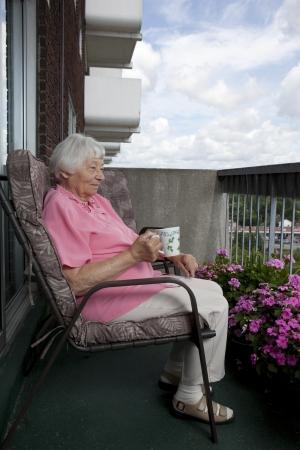 Senior vrouw op een koffiepauze Stockfoto