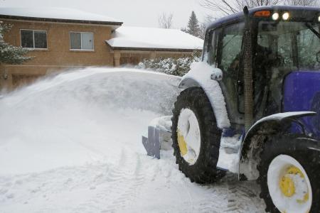 neige qui tombe: R�sidentiel entrepreneur en d�neigement au travail Banque d'images