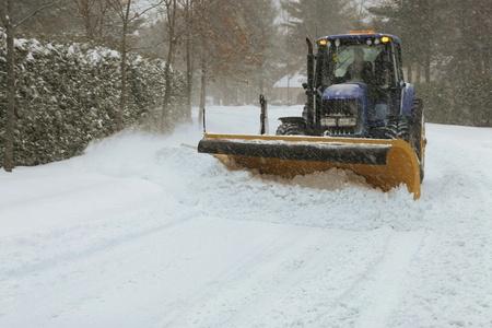 Sneeuwploeg het reinigen van straat Stockfoto