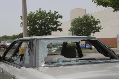 robo de autos: Coche destrozado en un centro comercial Foto de archivo