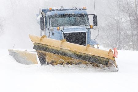 neige qui tombe: Chasse-neige le nettoyage des rues Banque d'images