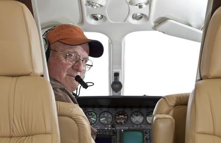 piloto de avion: Piloto mirando compartimiento de pasajeros en un motor de Cessna doble Foto de archivo