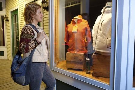 여자 윈도우 쇼핑 스톡 콘텐츠