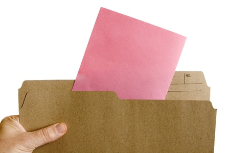 ピンクのスリップ解雇通知とファイル フォルダーを持っている手