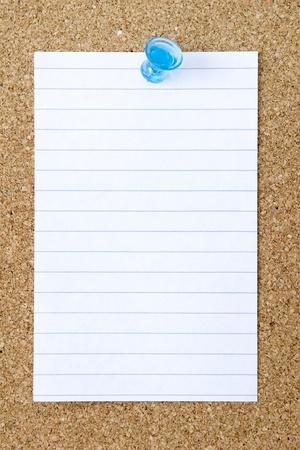 Blank index card pinned to a corkboard  免版税图像