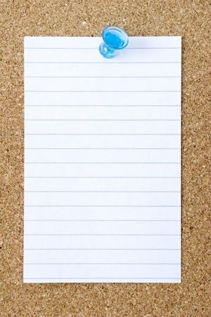 thumb tack: Blank index card pinned to a corkboard  Stock Photo