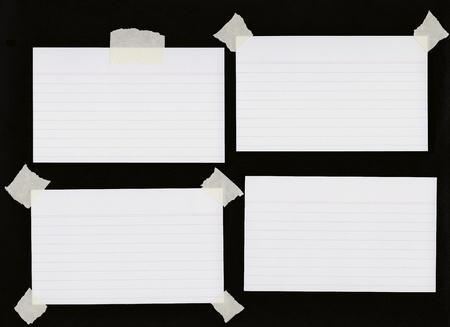 白紙のインデックス カードをいくつかのマスキング テープ