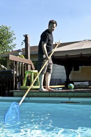 그의 지상 수영장을 청소하는 사람 (남자) 스톡 콘텐츠