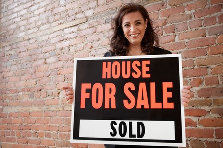 Happy homeowner sold her house  Stockfoto
