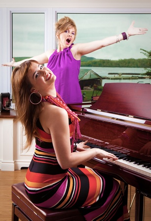 tocando piano: Pianista y cantante