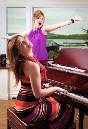 bois �b�ne: Piano Player et Singer Banque d'images