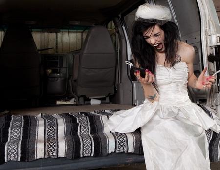 彼女の電話で叫んで怒っている花嫁に立ち上がった