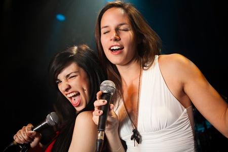여성 가수 공연, 소프트 및 하드 듀엣