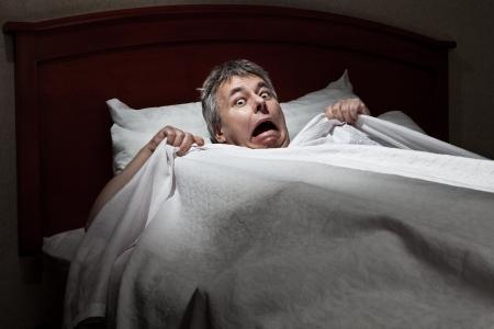 남자는 침입자에 의해 깨어 깜짝