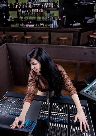 사운드 보드 기술자가 사운드 체크를하고