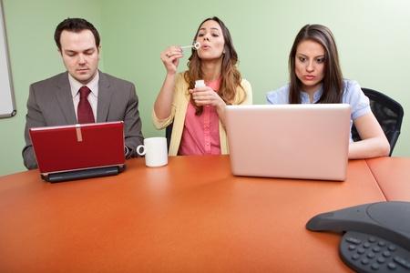 ビジネス チーム メンバーは時間を浪費