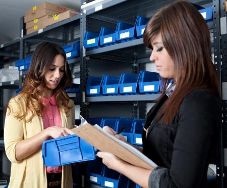 apprenti: Comptage des stocks dans un entrep�t Banque d'images