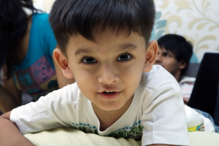 eyecontact: Little boy on a bed LANG_EVOIMAGES