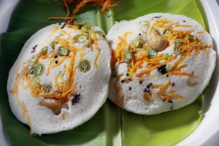 Close-up von idli mit Karotte und Cashewnüsse garniert