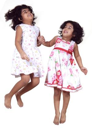 Porträt der jungen Mädchen springen