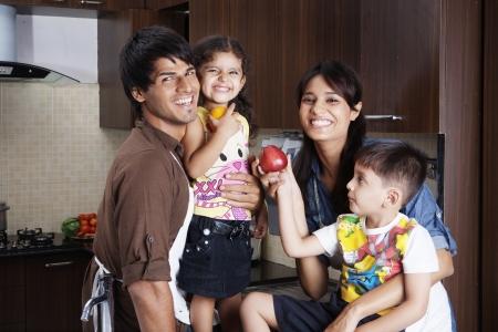 ninos indios: Familia que se divierte en la cocina Foto de archivo