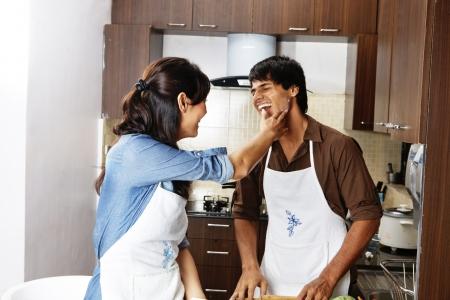 Happy Couple in der Küche lacht Lizenzfreie Bilder