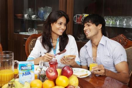 desayuno romantico: Pareja joven de desayunar