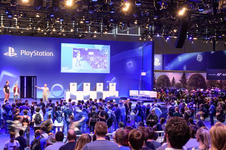Köln, Deutschland - 24. August 2017: Playstation-Präsentation der Firma Sony vor einer Menschenmenge bei Gamescome 2017. Die Gamescom ist eine Messe für Videospiele, die jährlich in Köln stattfindet.