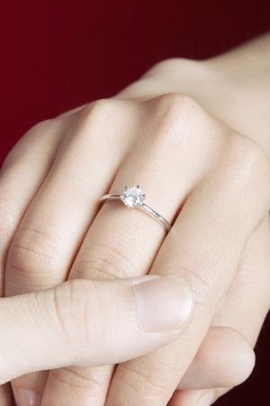 Pareja de la mano con anillo de compromiso de mujer que llevaba. Foto de archivo - 11630164