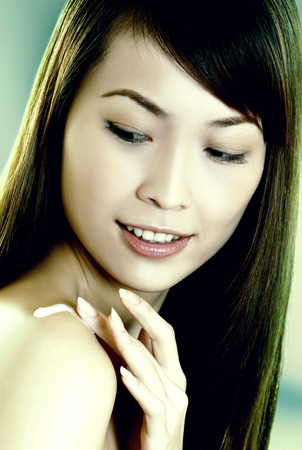 fair complexion: woman applying lotion on shoulder LANG_EVOIMAGES