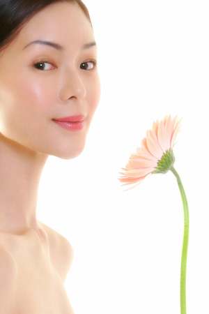 fair complexion: woman with flower LANG_EVOIMAGES