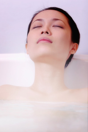 fair complexion: woman relaxing in the bath tub LANG_EVOIMAGES
