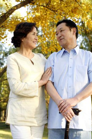 Altes Ehepaar verbringen Zeit miteinander LANG_EVOIMAGES