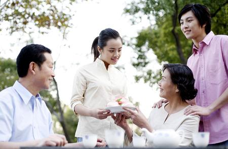 Frau empfangen Langlebigkeit Pfirsich von ihrer Tochter LANG_EVOIMAGES