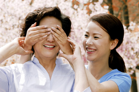 eyes closing: Woman closing her mothers eyes LANG_EVOIMAGES