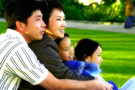 公園で休んで家族のサイド ショット