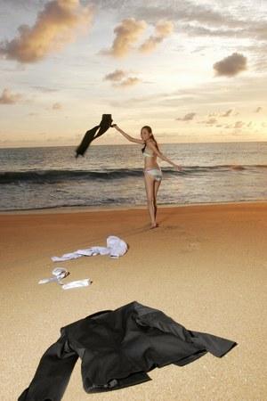 tomando refresco: Empresaria desechar la ropa en la playa.