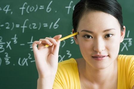 giovane donna: Giovane donna pensando LANG_EVOIMAGES
