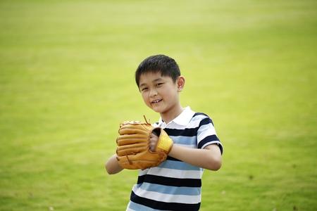 gant de baseball: Gar�on avec un gant de baseball posant pour la cam�ra LANG_EVOIMAGES