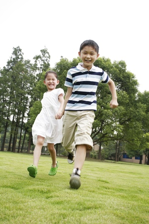 he   my sister: Brother and sister running in the park LANG_EVOIMAGES