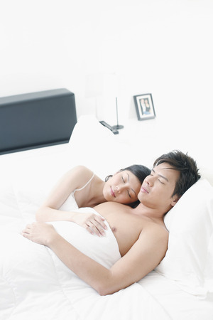 pareja durmiendo: Pareja durmiendo juntos LANG_EVOIMAGES