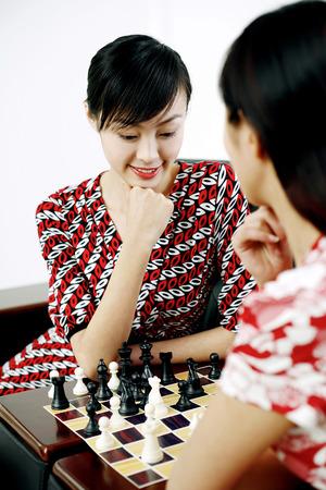 jugando ajedrez: Las mujeres jugando al juego de ajedrez