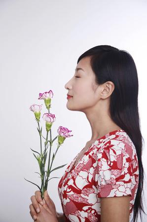 sensory perception: Woman smelling flowers