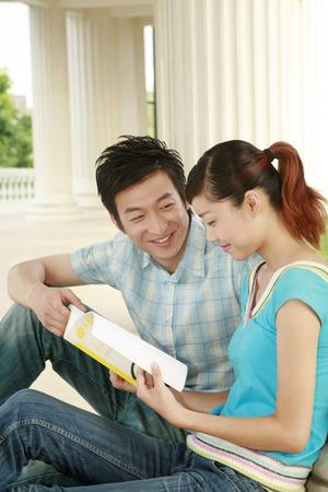 alumnos estudiando: Los estudiantes universitarios que estudian juntos