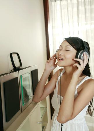 eyes closing: Mujer cerrando los ojos mientras escucha m�sica en los auriculares